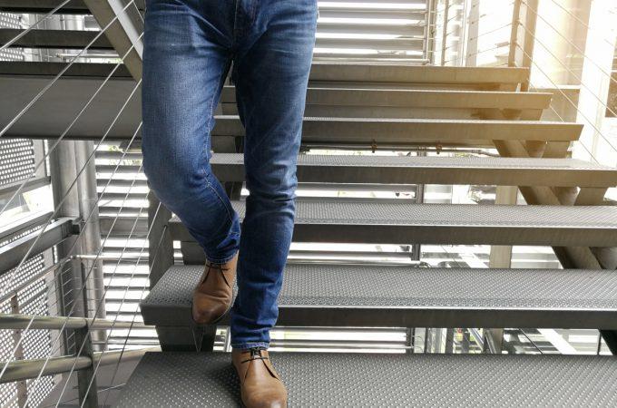 Rurki czy jeansy regular – jaki krój jeansów wybrać?